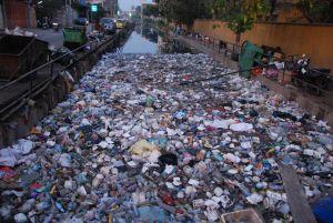 un fiume di rifiuti